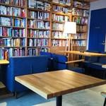 アールビーエル Cafe - 書籍がたくさんある