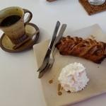 モン ボン カフェ - お好きなパン&デニッシュ(650円税)です。