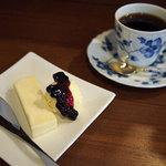 クスクス - チーズケーキとバニラアイス、ブルーベリーソース