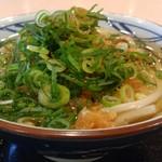 丸亀製麺 - かけうどん(ネギ、天かす盛り盛り)