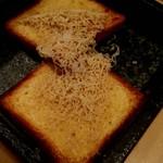 100853649 - フォアグラの為に焼かれたブリオッシュとそのブリオッシュの為に作ったフォアグラバター