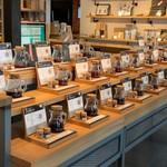 27コーヒーロースターズ - 商品と試飲ジャーがダダーンと並んでいます