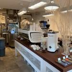 27コーヒーロースターズ - こちらは隣の焙煎所兼カフェ。