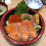 築地 海鮮丼 大江戸 - R丼 1800円。