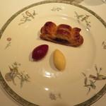 レ・シャンドール - デザートはカシスとバニラのアイスを添えたアップルパイ