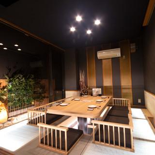 ちゃぶ台の掘りごたつ、足元が光る個室、ハイセンスな空間