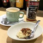 100872262 - プチデザートのティラミスとコーヒー