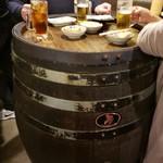立呑 田んぼ道 - 樽のテーブルで立呑み~♪