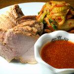 幸喜屋 - ポッサム ジューシーな茹で豚肉でキムチを巻いてチョジャン(韓国の辛子酢みそ)をつければ絶品。