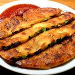 幸喜屋 - パジョン(ネギチヂミ) 外は「カリッ」と中は「ふわっ」と焼き上げるのが美味しさのポイント。