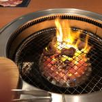 牛角ビュッフェ - 脂身の多い肉は良く燃える