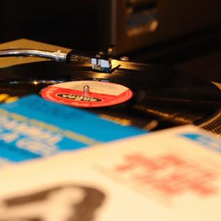 店内BGMは店主こだわりの、600枚を超えるレコード