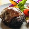 マルゴアンドイート - 料理写真:国産牛を使った手作りハンバーグは香ばしく焼き上げて肉汁を閉じ込めます