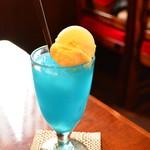 MILK - ドリンク写真:青いクリームソーダ
