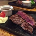 STEAK × WINE 肉バル LIMIT DISH - 一口大に切り分けられた上品なスタイルのステーキ 日本特有の少しずつの味わい方