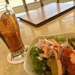かすみキッチン - サラダと ジンジャーエール・辛