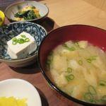 チロル食堂 - 定食に味噌汁と一緒に添えられた小鉢は2品、一品目は冷奴。