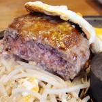 筋肉食堂 - 牛赤身肉のレアハンバーグ 200g 目玉焼きのせ