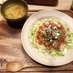 100935568 - キヌアと大麦のパクチータコライス フェタチーズ