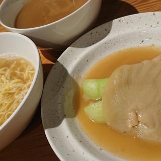 8時間かけてとった濃厚鶏スープが味の決め手!フカヒレラーメン