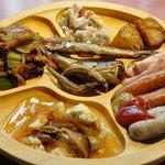 風にふかれて 津 - 野菜のグラタン、ジャガイモの煮っころがし、モクモクのハムソーセージ、豆腐の野菜あんかけ、回鍋肉、中央 ししゃも、鰯の煮付け、きびなごの唐揚げ