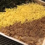 東筑軒 - ◆甘辛いお味付の鶏肉はいい味わいですが、薄く敷かれているだけですので もう少し量があると嬉しいというのはこのお値段では欲張りですね。(^^;)
