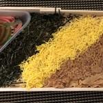 東筑軒 - ◆蓋を取るとキレイな3色が・・「穴辛いお味付の鶏肉」「錦糸卵」「海苔」など。 「奈良漬」と「生姜」が添えられているのですが、この奈良漬が美味しいこと。 生姜もいいアクセントに。