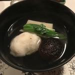 よし川 新別館 - 蛤の真薯と胡麻豆腐とウルイの椀物