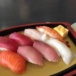 100957391 - ランチ寿司の握り(赤身×2、マダイ、ボイルエビ、サーモン、ハマチ×2、イカ)8貫