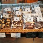 レ・プティット・パピヨット - ナッツやオレンジピールを使ったマンディアン、3種のチョコが楽しめるアソートなど