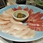 """まるさ水産 - マルサのネギマしゃぶしゃぶ:大皿に盛られた 鮪 と カジキマグロ に、鍋の 葱で """"ネギマ"""" なんだそうです。     2019.01.26"""