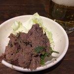 Shinjukuomoideyokochougyuutaniroha - 瓶ビールは中瓶 550円、サッポロ黒ラベルか赤星。             お通しはペーストした葱タンとキャベツ。