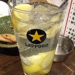 Shinjukuomoideyokochougyuutaniroha - 名物 塩レモンサワー 490円。             レモンが沢山入ってて美味しいです。