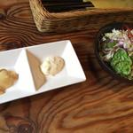 洋食春 - タルタルソース(左・奈良漬、右・バジル) サラダ