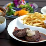 練馬農園サラダ+トリュフ香る牛ヒレ肉のステーキランチ