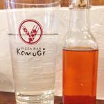 ピザバーコムギ - お水のグラスはオリジナル