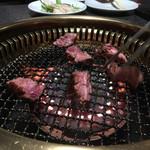 肉匠迎賓館 - まだ赤いし…( →_→)ジロ!