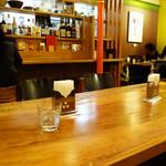 ツナパハ+2 - 相席用の大テーブル。