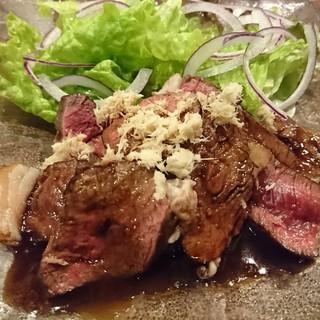 特製わさびソースでいただく【白糠産エゾ鹿肉のロースト】。