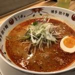 博多担々麺 とり田 - ◆特製博多担々麺(890円)、辛さは3辛(基本)で。 鶏ひき肉や味玉、もやし、韮などが盛られています。 スープは水炊きスープベースだそうですが、練り胡麻が少ないのか思ったより旨みやコクがない、、と言う感想。