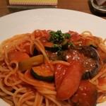 SUI de vin - ソーセージと茄子のトマトソース。