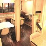 シナー カフェ - 2階はテーブル席とゆったり座れるソファ席もあります!