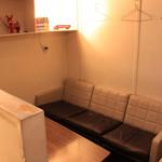 シナー カフェ - カップルに人気のソファ席。人気席ですのでご予約くださいませ!