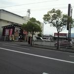 朱鳶 - 川口店(遠方から…。左手前が朱鳶、奥は居酒屋 ご縁)