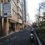 BASSO - 交差点方向から見た店舗外観