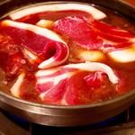 101030159 - 猪の鍋は深紅色した赤身と白い脂肪が特徴で、その色合いやお皿に盛った肉の形が牡丹(ぼたん)の花に似ていることから、しし鍋のことをぼたん鍋とも呼びます^ ^