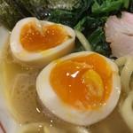 101032177 - 特製らーめん(もも肉)900円の煮卵のアップ