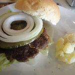 ジョーンズカフェ - オニオンアンドピクルス、オンザマーシーハンバーガーです