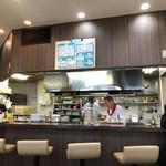 101052610 - 店内。広々とした厨房の中ではベテランそうな職人さん2人が働いてます。