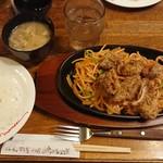 肉の万世 - スパイシーチキン&ナポリタン¥950-